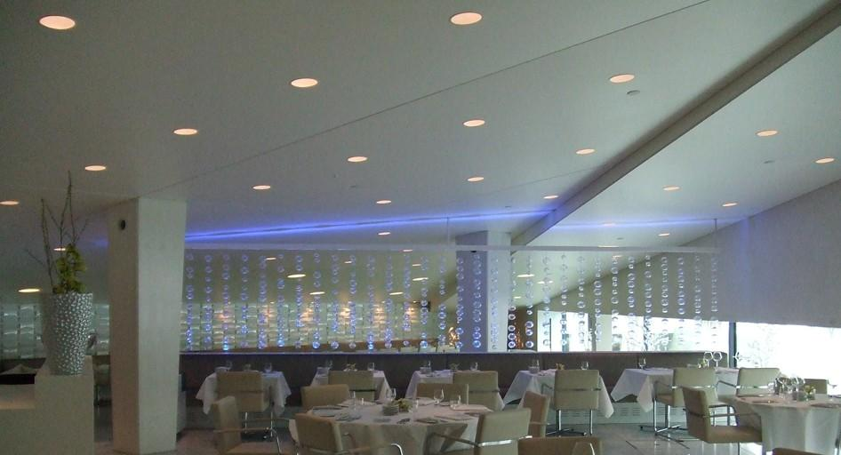 stretch-suspended-bar-restaurant-ceiling-image-50